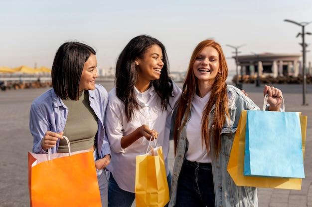 Jonge meisjes die een wandeling maken na het winkelen Gratis Foto