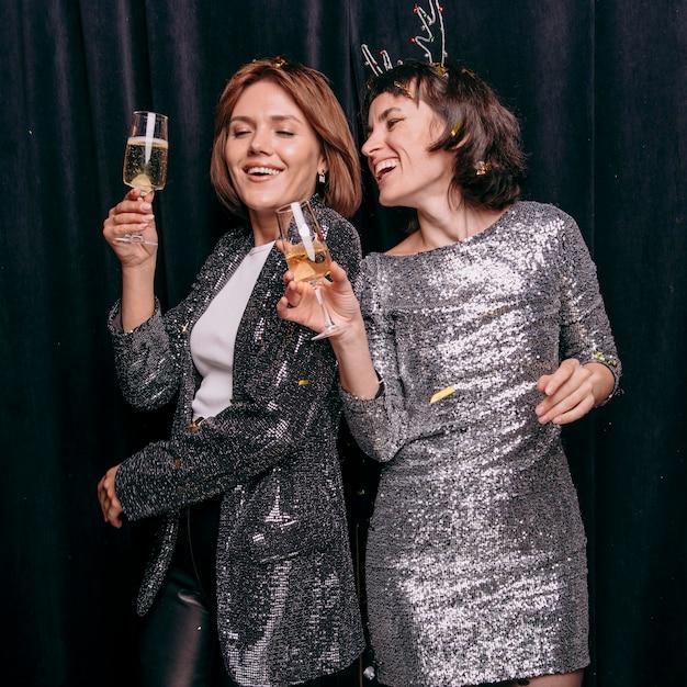 Jonge meisjes die oudejaarsavond vieren Premium Foto