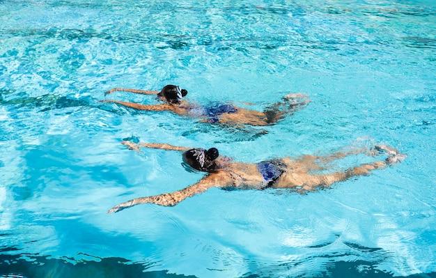 Jonge meisjes die van het zwembad genieten Gratis Foto