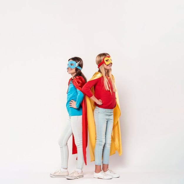 Jonge meisjes dragen superheld kostuum Gratis Foto