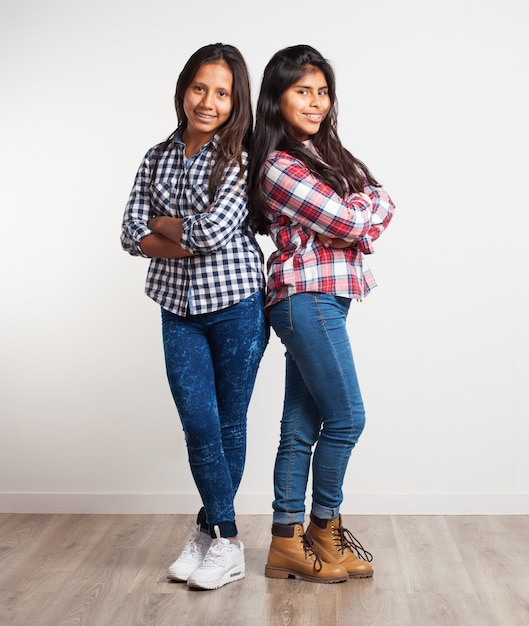 Jonge meisjes met gekruiste armen Gratis Foto