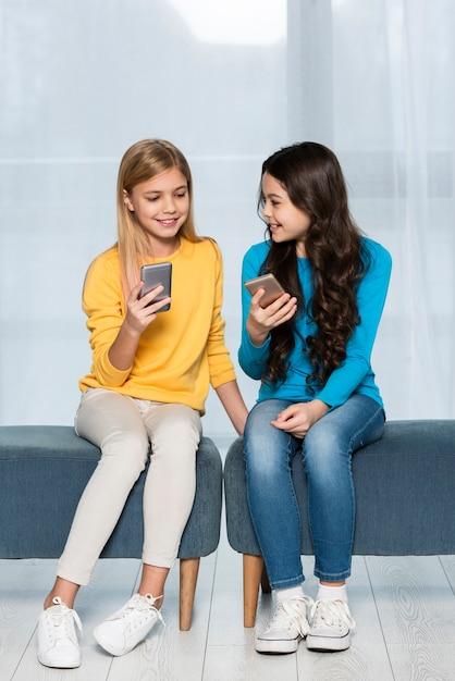 Jonge meisjes met mobiel Gratis Foto
