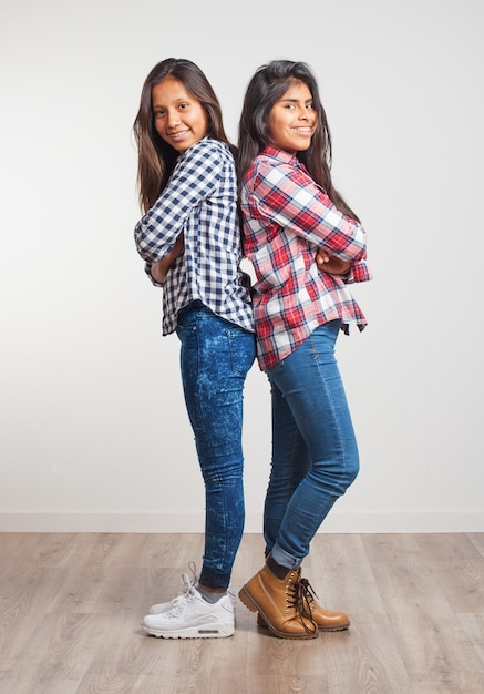 Jonge meisjes rug aan rug Gratis Foto
