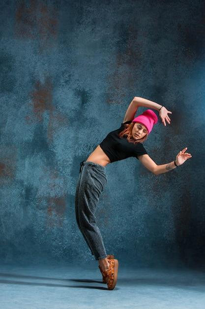 Jonge meisjesonderbreking die op muur dansen Gratis Foto