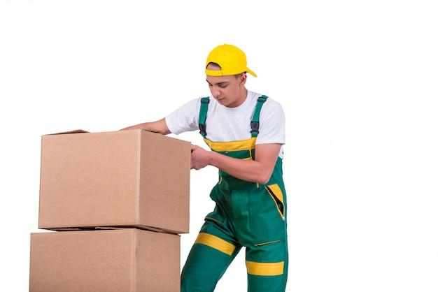 Jonge mensen bewegende dozen met kar die op wit wordt geïsoleerd Premium Foto