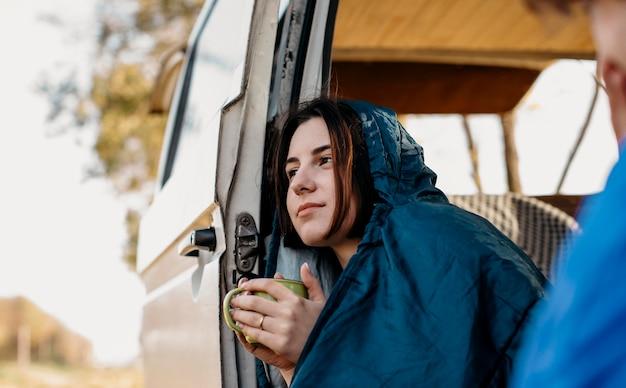 Jonge mensen die koffie drinken in hun busje Gratis Foto