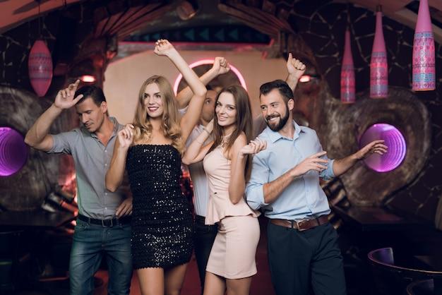 Jonge mensen kwamen naar de karaokeclub om te dansen en te zingen. Premium Foto