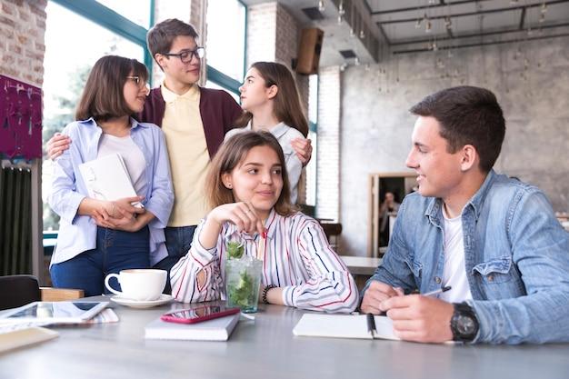 Jonge mensen zitten in café Gratis Foto