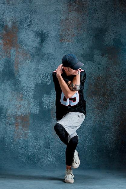 Jonge mensenonderbreking die op muurachtergrond dansen. Gratis Foto