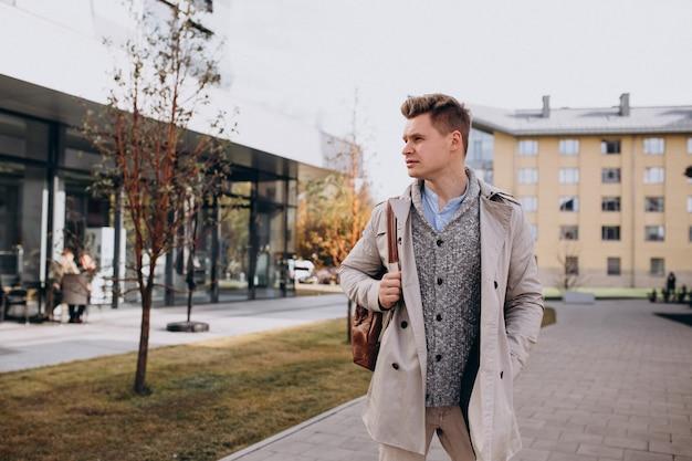 Jonge mensenstudent die zich door de universiteit bevindt Gratis Foto