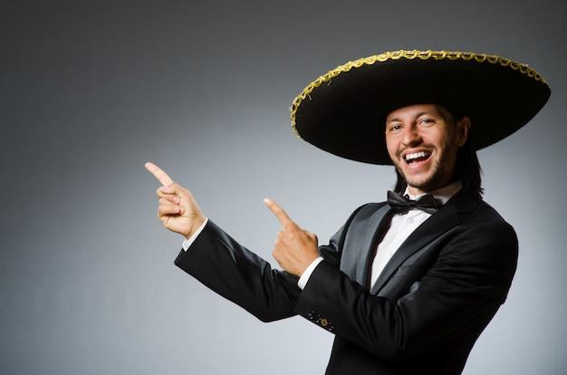 Jonge mexicaanse man die sombrero draagt Premium Foto