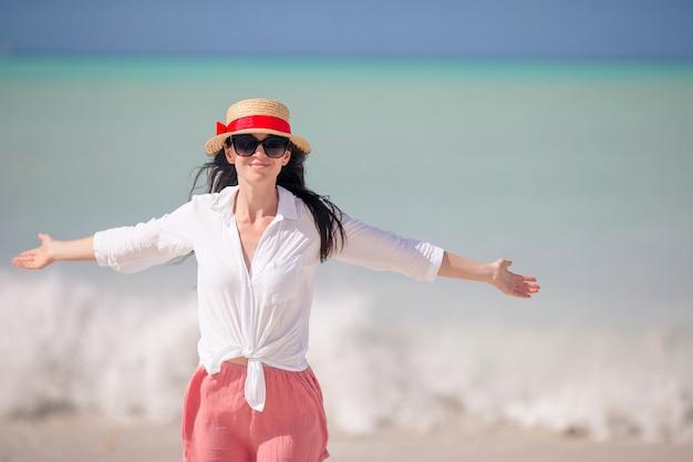 Jonge mode vrouw in hoed op het strand Premium Foto