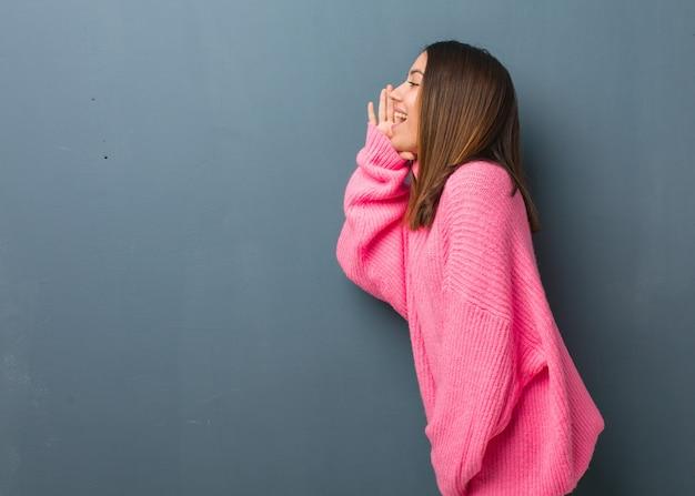 Jonge moderne vrouw fluisteren roddel ondertoon Premium Foto
