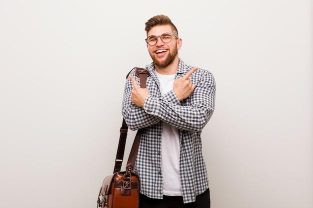Jonge moderne zakenman wijst zijwaarts Premium Foto
