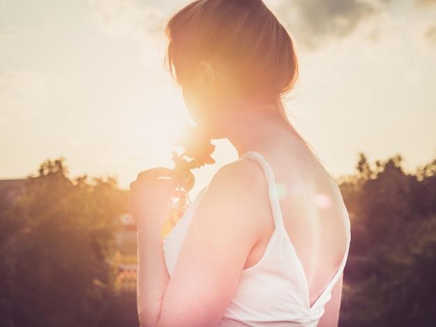 Jonge moeder in een stijlvolle, witte jurk Premium Foto