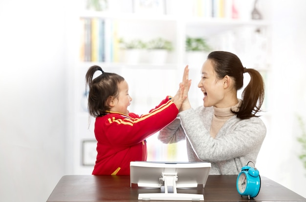 Jonge moeder leert dochter schilderen Premium Foto