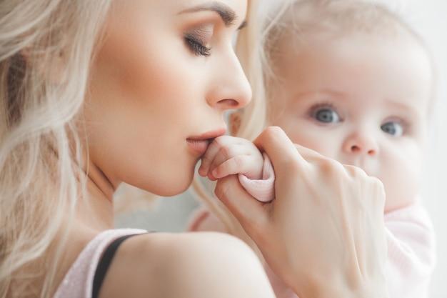 Jonge moeder met een kleine baby Premium Foto