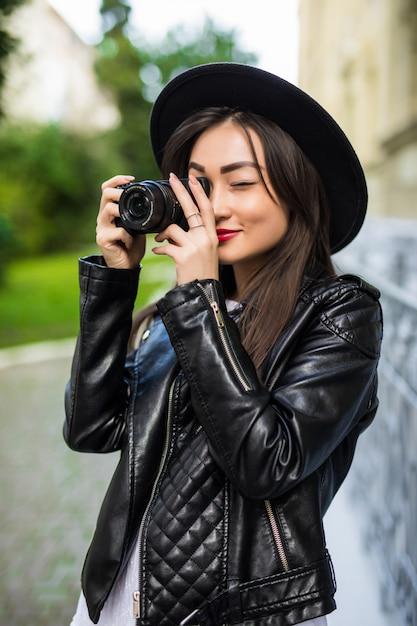 Jonge mooie aziatische reizigersvrouw die digitale compacte camera en glimlach gebruiken, die exemplaarruimte bekijken. journey trip lifestyle, wereldreisverkenner. azië zomer toerisme concept Gratis Foto