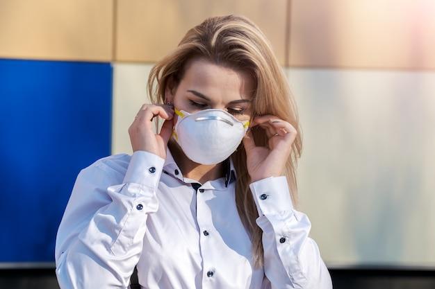Jonge mooie blonde blanke vrouw in een beschermend masker Premium Foto