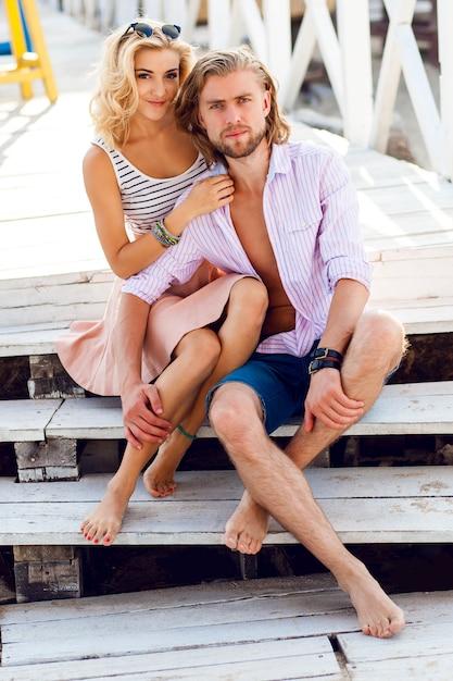 Jonge mooie blonde vrouw en knappe man knuffels buiten, hebben veel tijd op hun romantische date Gratis Foto