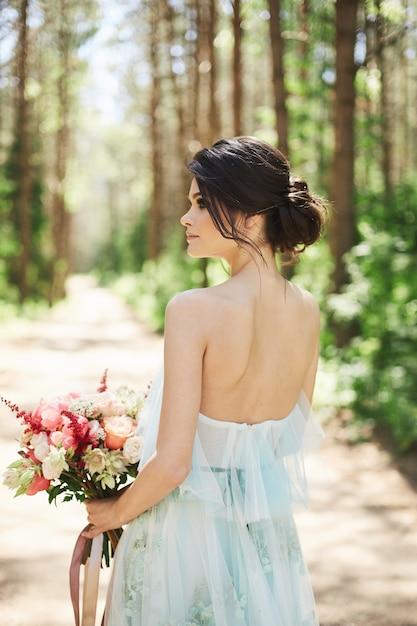 Jonge mooie bruid in een blauwe trouwjurk Premium Foto