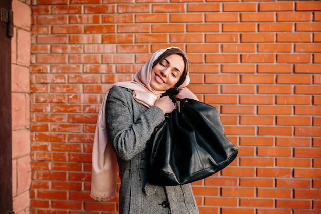 Jonge mooie gelukkige vrouw zeer tevreden met een nieuwe tas Gratis Foto