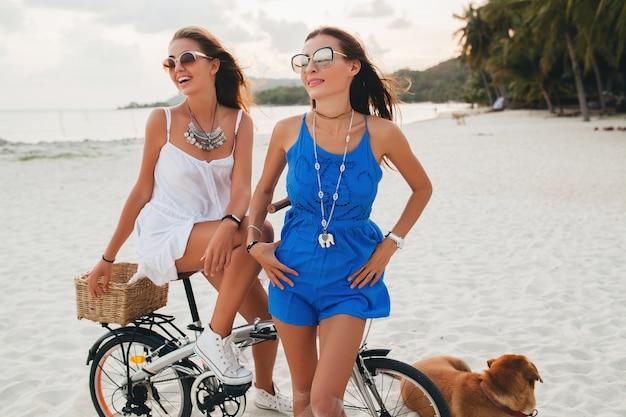 Jonge mooie hipster meisjes plezier op strand Gratis Foto
