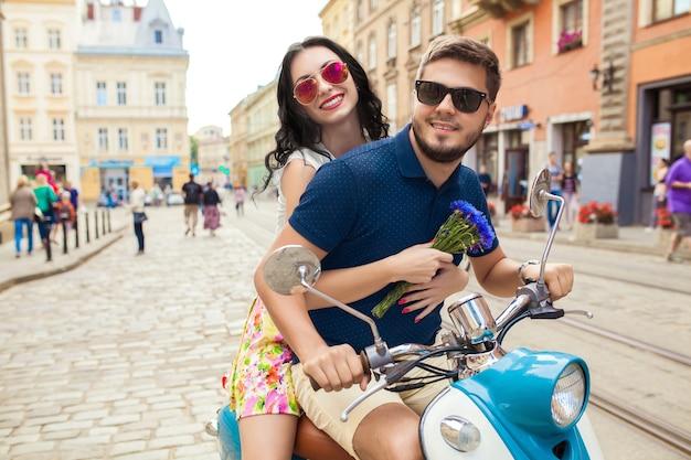Jonge mooie hipster paar rijden op motor stadsstraat Gratis Foto