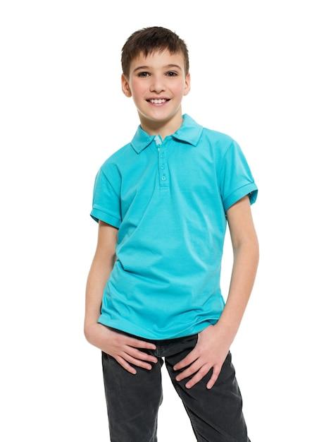 Jonge mooie jongen poseren in de studio als mannequin. foto van kleuter 8 jaar oud over wit Gratis Foto