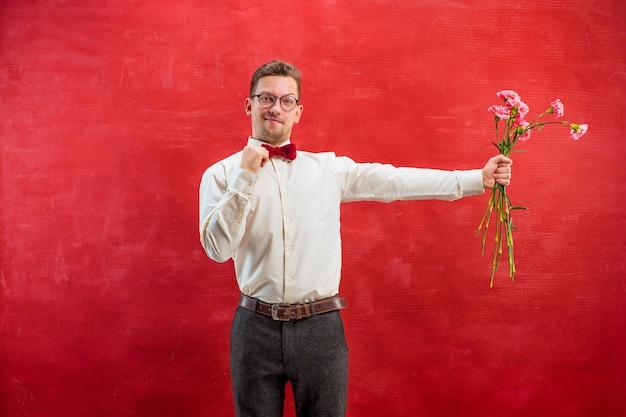 Jonge mooie man met bloemen Gratis Foto