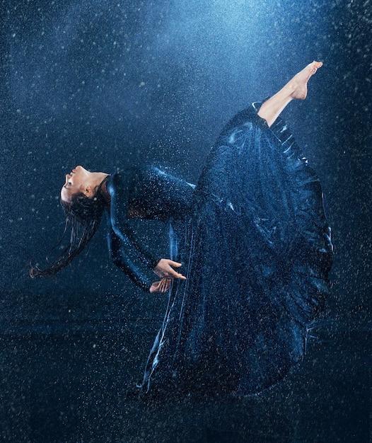 Jonge mooie moderne danser dansen onder waterdruppels Gratis Foto