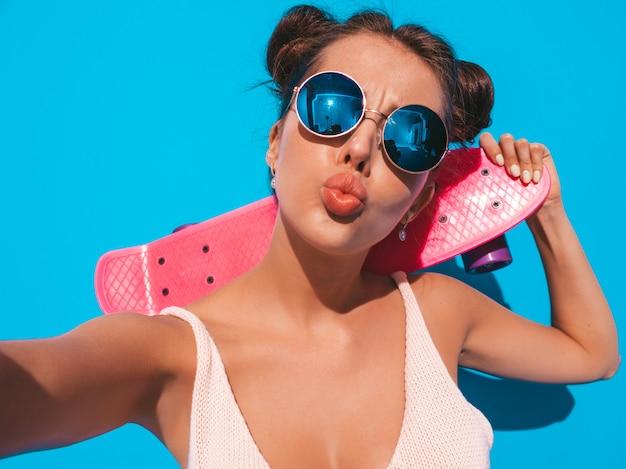 Jonge mooie sexy glimlachende hipster vrouw in zonnebril. Gratis Foto