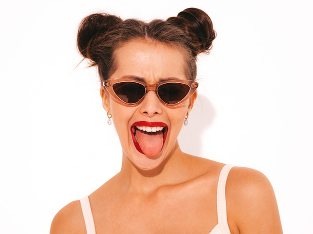 Jonge mooie sexy glimlachende hipster vrouw met rode lippen in zonnebril. trendy meisje in de zomer badmode badpak. Gratis Foto