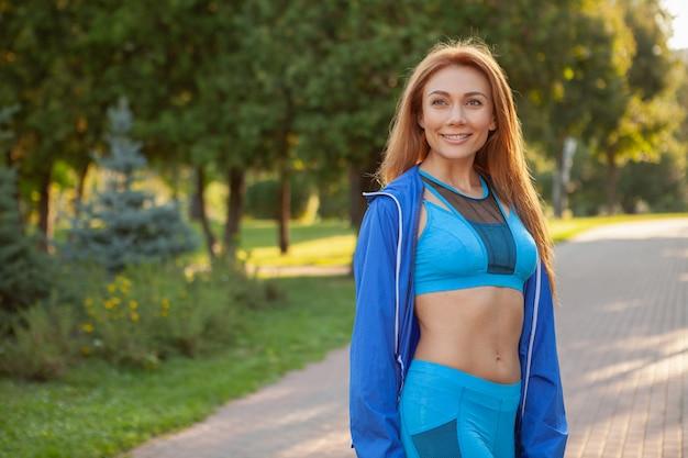 Jonge mooie sportvrouw die in het park loopt Premium Foto