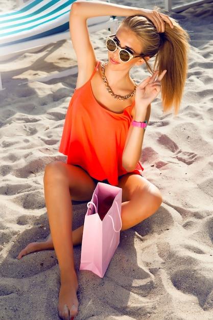 Jonge mooie tiener meisje slim fit lichaam stijlvolle hipster outfit, heldere mode portret dragen. jonge stijlvolle mooie vrouw, gekleed in denim overhemd Gratis Foto