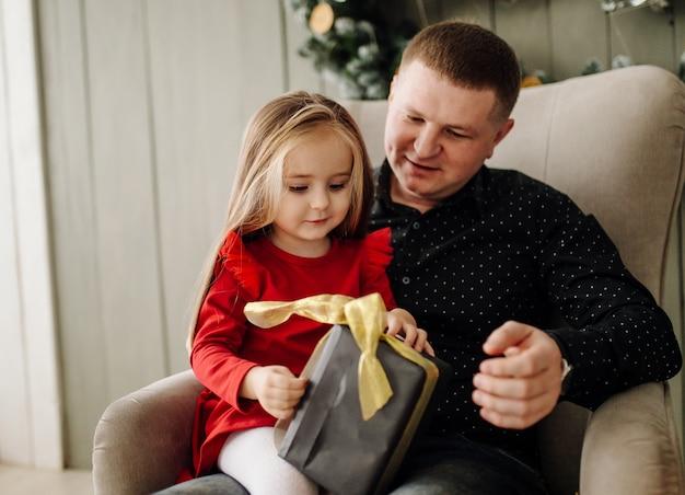 Jonge mooie vader met baby Gratis Foto