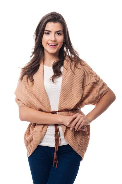 Jonge mooie vrouw die modieus vest draagt Gratis Foto