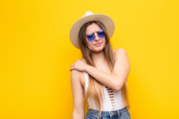 Jonge mooie vrouw die zich angstig, ziek, ziek en ongelukkig voelt, pijnlijke buikpijn of griep heeft Premium Foto