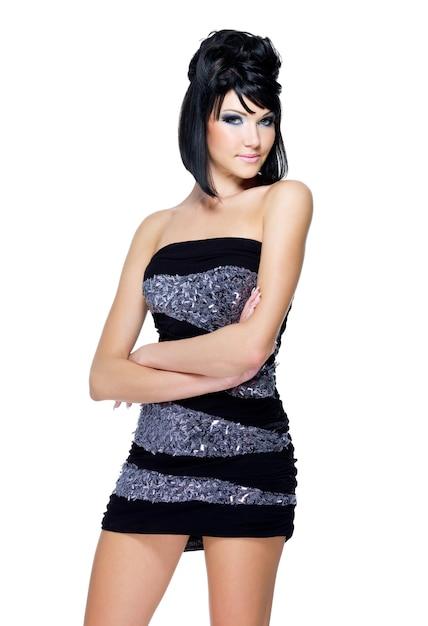 Jonge mooie vrouw die zich voordeed op wit. schoonheidsgezicht met blauwe verzadigde make-up en modern kapsel Gratis Foto