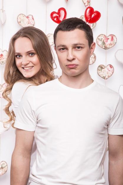 Jonge, mooie vrouw en man verliefd op valentijnsdag met snoep Premium Foto