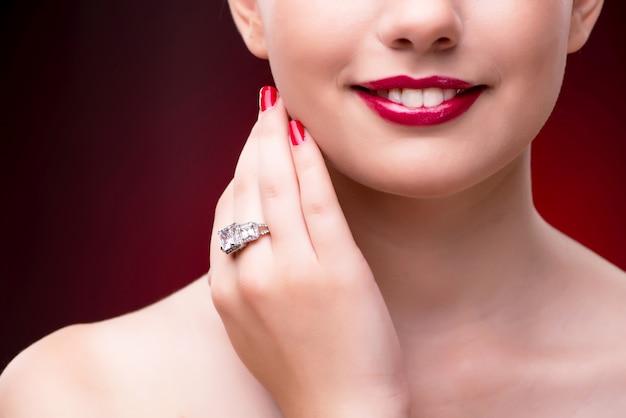 Jonge mooie vrouw in het concept van de schoonheidsmanier Premium Foto