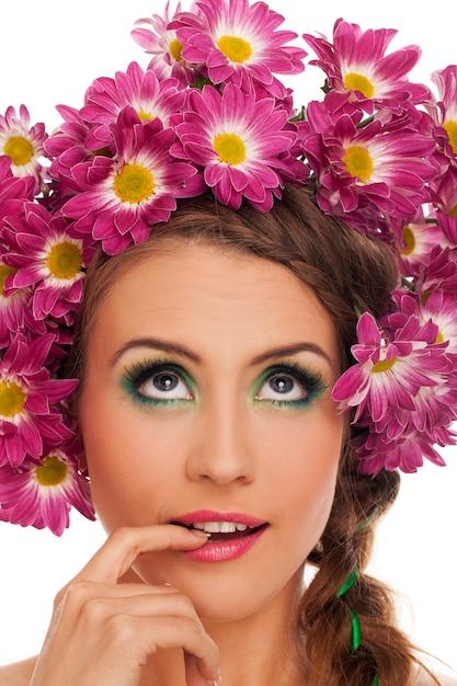 Jonge mooie vrouw met bloemen in haar Gratis Foto