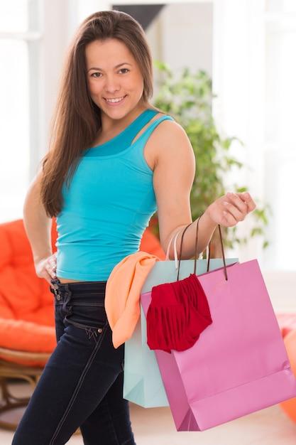 Jonge mooie vrouw met boodschappentassen Gratis Foto