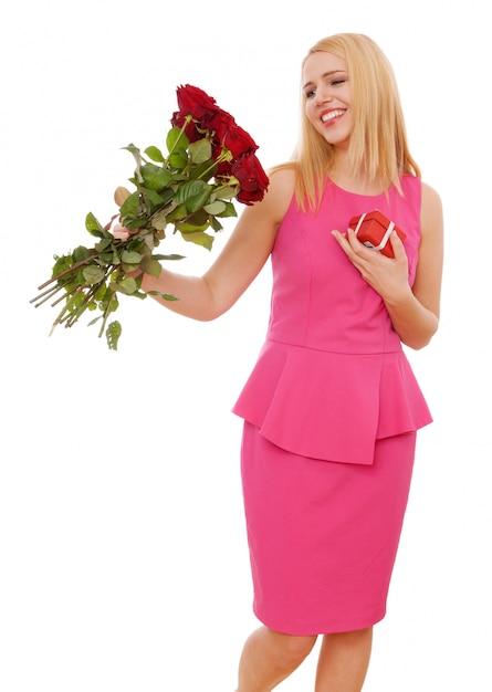 Jonge mooie vrouw met een boeket rozen Premium Foto