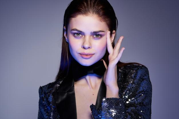 Jonge mooie vrouw met een sexy look in een glanzende jas Premium Foto