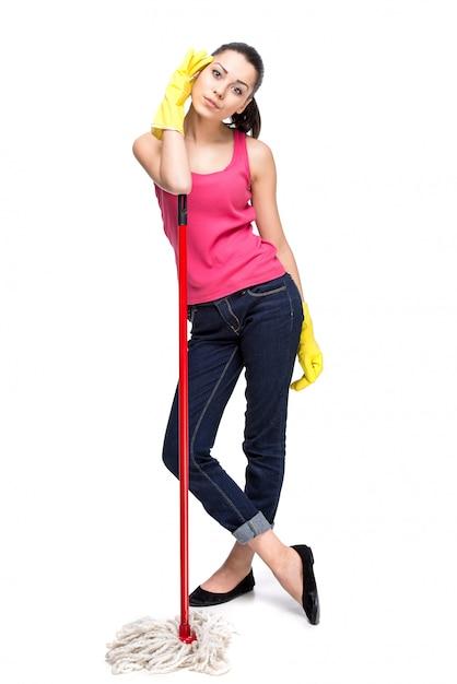 Jonge mooie vrouw met het schoonmaken van bezem. Premium Foto