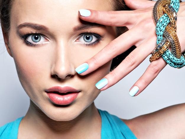 Jonge mooie vrouw met juwelen. Gratis Foto