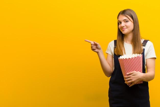 Jonge mooie vrouw met pop likdoorns Premium Foto
