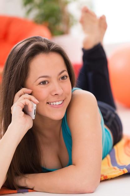 Jonge mooie vrouw met smartphone Gratis Foto