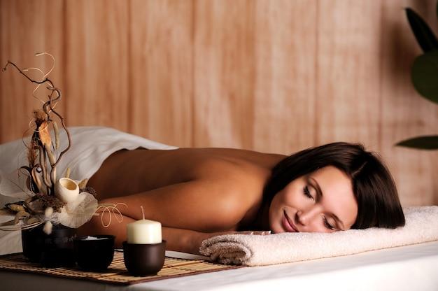 Jonge mooie vrouw ontspannen in de spa salon Gratis Foto